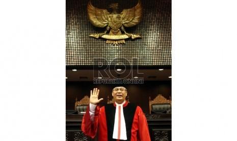 Ketua Mahkamah Konstitusi M. Akil Mochtar usai sidang pleno khusus pengucapan sumpah jabatan Ketua Mahkamah Konstitusi di Gedung Mahkamah Konstitusi, Jakarta, Selasa (20/8). (Republika/Adhi Wicaksono)