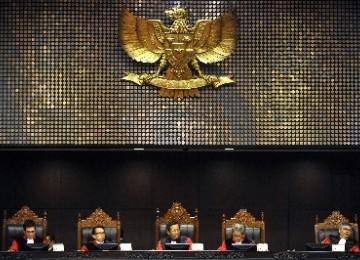 Ketua Mahkamah Konstitusi (MK) Mahfud MD (tengah) memimpin sidang uji materiil di MK.