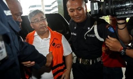 Ketua Mahkamah Konstitusi (MK) nonaktif Akil Mochtar sebelum melakukan tes urine di Gedung KPK, Jakarta, Ahad (6/10).
