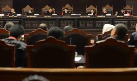 Ketua Majelis Hakim Mahkamah Konstitusi (MK) Hamdan Zoelva (tengah) bersama Hakim Konstitusi mendengarkan keterangan saksi dari pihak terkait (kubu Jokowi - JK) pada sidang lanjutan Perselisihan Hasil Pemilihan Umum (PHPU) Pilpres Tahun 2014 di Gedung MK,