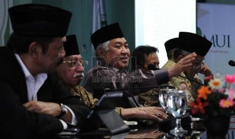 Ketua Majelis Ulama Indonesia (MUI) Din Syamsuddin (tengah) didampingi jajaran pengurus berbicara dalam Forum Ukhuwah Islamiyah di MUI, Jakarta, Selasa (7/4).