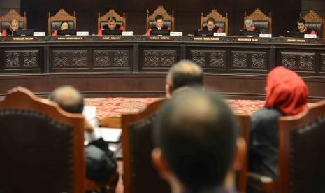 Ketua MK Hamdan Zoelva memimpin sidang pembacaan putusan Perselisihan Hasil Pemilihan Umum 2014 yang diajukan pasangan calon presiden Prabowo Subianto-Hatta Rajasa di Gedung Mahkamah Konstitusi, Kamis (21/8). majelis hakim MK membacakan sekitar 300 lembar