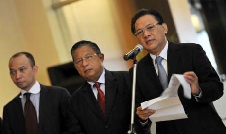Ketua Panitia Seleksi OJK yang juga Menteri Keuangan, Agus Martowardojo (kanan) bersama Gubernur BI Darmin Nasution (tengah) dan anggota Pansel OJK Chatib Basri (kiri).