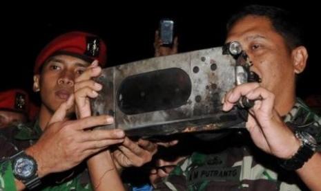 Ketua Tim SAR Gabungan Danrem 061 Surya Kencana Kolonel Infantri AM Putranto (kanan), menerima kotak hitam (Black Box) pesawat Sukhoi dari komandan tim Kopassus Lettu Taufik (kir) yang menemukan kotak hitam (Black Box) pesawat Sukhoi Super Jet 100 di Desa