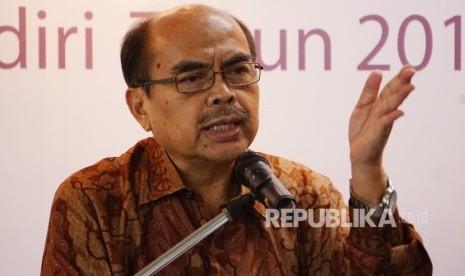 Ketua Umum Badan Amil Zakat Nasional (BAZNAS), Bambang Sudibyo memberikan pidato sambutannya jelang serah terima Surplus Underwriting atau bagi hasil PT AXA Mandiri di Jakarta, Rabu (24/8).