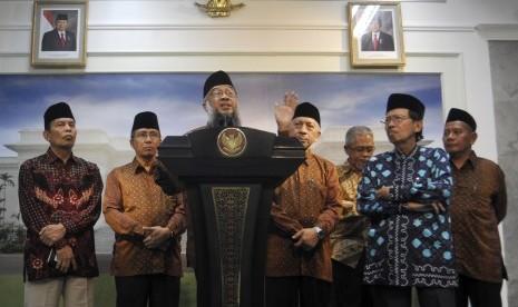 Ketua Umum Dewan Dakwah Islamiyah Indonesia (DDII) Syuhada Bahri (depan) didapingi jajaran pengurus