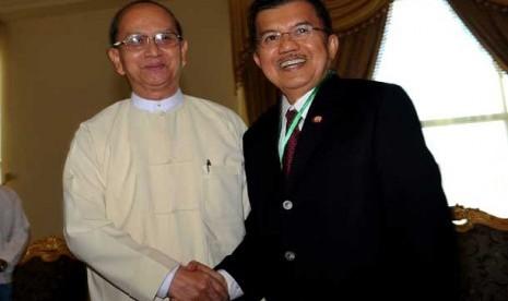 Ketua Umum Palang Merah Indonesia (PMI), Jusuf Kalla (kanan) bertemu dengan Presiden Myanmar, U Thein Shein di Istana Kepresidenan di Nay Pyi Taw, Myanmar, Jumat (10/8).