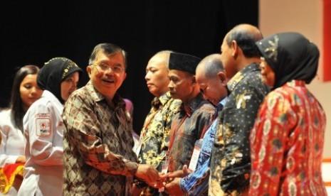 Ketua Umum Palang Merah Indonesia (PMI), Jusuf Kalla, menyematkan cincin emas secara simbolis kepada pendonor darah sukarela di Jakarta, Kamis (13/12) malam.