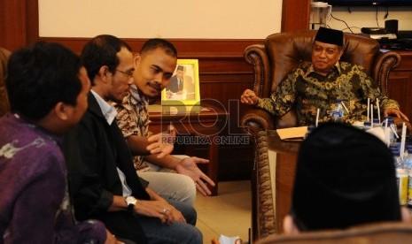 Ketua Umum PBNU Said Aqil Sirodj (kiri), Wakil Pemimpin Redaksi Harian Republika Irfan Junaedi (kedua kanan) saat menerima redaksi Republika di kantor PBNU, Jakarta, Rabu (28/1) ( Republika/ Tahta Aidilla)