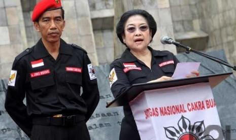 Ketua Umum PDI Perjuangan Megawati Soekarno Putri (kanan), didampingi Gubernur DKI Jakarta Joko Widodo (kiri) berpidato dalam acara Peringatan Hari Lahir Pancasila di Tugu Proklamasi, Jakarta Pusat, Sabtu (1/6).