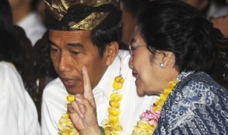 Ketua Umum PDI Perjuangan Megawati Soekarnoputri berbincang dengan Joko Widodo.