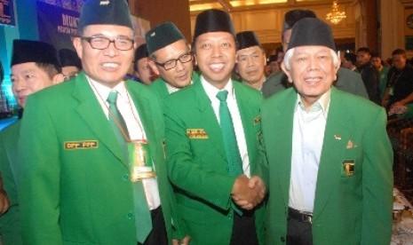 Ketua Umum PPP versi Muktamar VIII di Surabaya, Romahurmuziy (tengah).