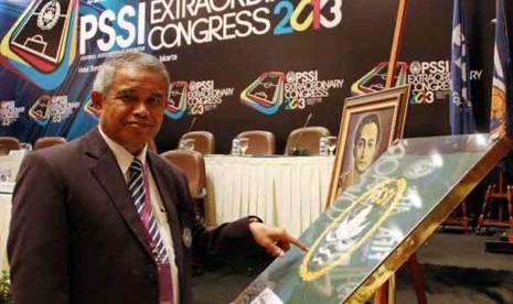 Ketua Umum PSSI Djohar Arifin memperlihatkan bendera PSSI pertama dalam Kongres Luar Biasa PSSI, Jakarta, Ahad (17/3).