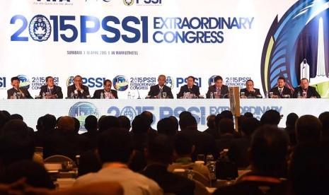 Ketua Umum PSSI periode 2011-2015 Djohar Arifin (tengah) didampingi pengurus PSSI memimpin  pembukaan Kongres Luar Biasa (KLB) PSSI di Surabaya, Jawa Timur, Sabtu (18/4).