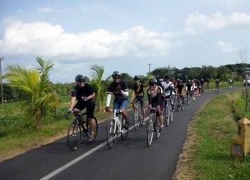Komunitas sepeda fix gear (fixie) dari sejumlah kota di Indonesia menjelajah Pulau Dewata sepanjang 100 km, Sabtu (24/9).