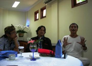 Komunitas Jurang Doank, Dik Doang, (Kanan) saat memberikan keterang pers didampingi M Zaini Alif, dari Komunitas HONG, (kiri) dan Heri Hendrayana Harris (Gol A Gong) di Kantor UTCC, Pondok Cabe, Senin, (29/11).
