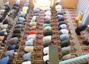 Komunitas Muslim di Swiss menjalankan shalat berjamaah