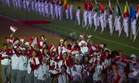 Kontingen Indonesia mengikuti parade atlet saat pembukaan Islamic Solidarity Games (ISG) III di Stadion Gelora Sriwijaya, Komplek Olahraga Jakabaring, Palembang, Sumatera Selatan, Ahad (22/9).  (Antara/Ismar Patrizki)