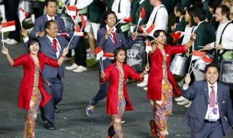 Kontingen Olimpiade Indonesia mengikuti parade atlet pada upacara pembukaan Olimpiade London 2012.