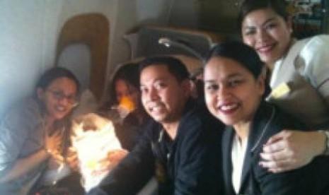 Kru penerbangan berpose bersama keluarga Nedz setelah melakukan pendaratan darurat di Vietnam.