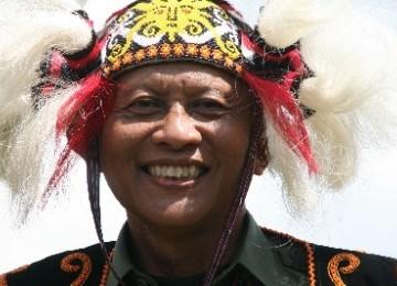 KSAD Jenderal TNI Pramono Edhie Wibowo menggunakan topi adat Dayak Tunjung ketika berkunjung ke Linggang Bigung, Kutai Barat, Kalimantan Timur, Senin (10/10).