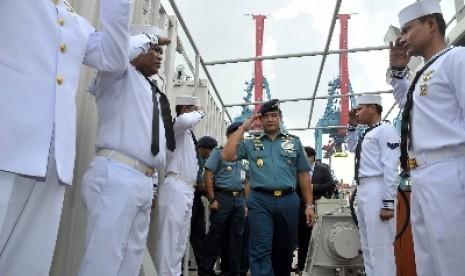 KSAL Laksamana Ade Supandi usai meninjau KRI Rigel 933 di Pelabuhan Tanjung Priok, Jakarta, Jumat (15/5).