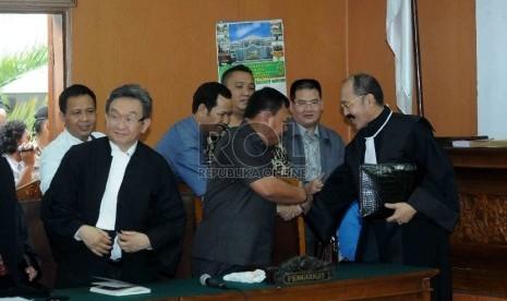 Kuasa hukum Komjen Pol. Budi Gunawan saling bersalaman usai mengikuti jalannya sidang praperadilan pemohon Komjen Budi Gunawan di Pengadilan Negeri Jakarta Selatan, Senin (16/2). (Republika/Agung Supriyanto)