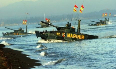 Sejumlah tank amfibi dari Resimen Kavaleri Korps Marinir TNI AL, melakukan pendaratan pada Latgab TNI di Pantai Banongan, Situbondo, Jumat (3/5). (Antara/Eric Ireng)