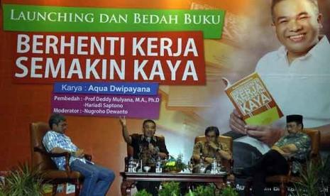 """Launching buku """"Berhenti Kerja Semakin Kaya"""" karya Aqua Dwipayana di Jakarta, Rabu (23/1) malam."""