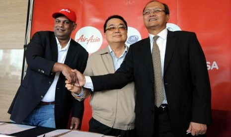 Left to right: CEO Group Air Asia, Tony Fernandes, President Director Batavia Air, Yudiawan Tansari, dan President Director PT Fersindo Nusaperkasa, Dharmadi, after signing the acquisition in Jakarta on Thursday. Air Asia acquires Batavia Air with the valu