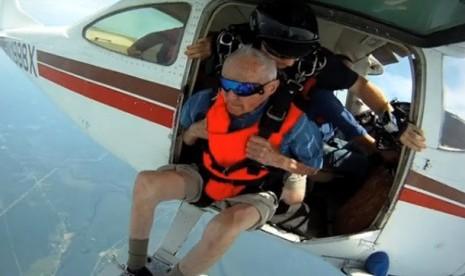 Rayakan Ultah, Kakek 90 Tahun Terjun dari Pesawat