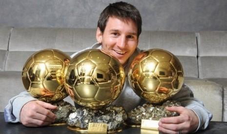 Lionel Messi berpose bersama tiga tropi FIFA Ballon d'or yang diraihnya pada 2009, 2010, dan 2011.