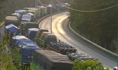 Logistic trucks snake for at leat two days before cross the Sunda Strait to Bakauheni Port in Sumatra. (file photo)
