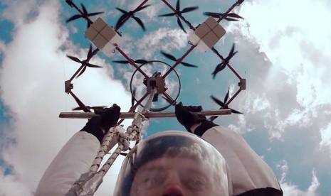 Lompat dari Drone Jadi Olahraga Ekstrem Terbaru