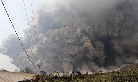 Erupsi Gunung Sinabung di Kabupaten Karo, Sumatera Utara, Sabtu (1/2).  (AP Photo)