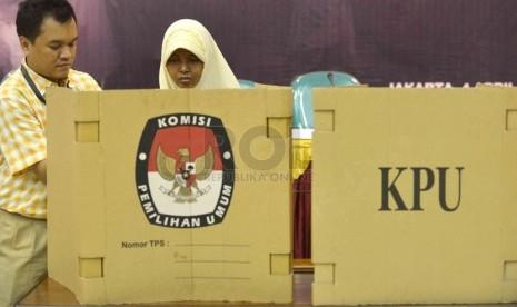 Penyandang disabilitas mengikuti simulasi pemilu yang dilaksanakan oleh Komisi Pemilihan Umum (KPU) di gedung KPU, Jakarta, Jumat (4/4).  (Republika/Agung Supriyanto)