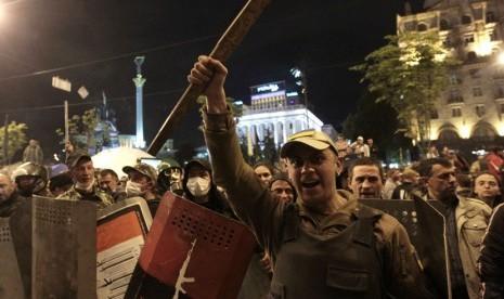 Sejumlah massa relawan berkumpul di Kiev, Ukraina, Selasa (29/4.