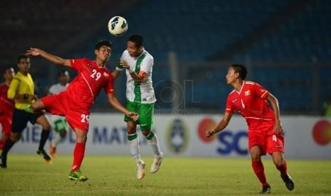 Kapten timnas Indonesia U-19 Evan Dimas (tengah) berebut bola dengan pemain timnas Myanmar U-19  dalam pertandingan uji coba di Stadion Utama Gelora Bung Karno (SUGBK), Senayan, Jakarta, Rabu (7/5) malam. (Republika/Yogi Ardhi)