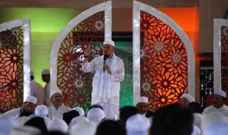 Ustaz Arifin Ilham memberikan tausiahnya saat dzikir bersama yang dilaksanakan di Masjid Istiqlal, Jakarta Pusat, Sabtu (14/6).  (Foto : Raisan Al Faris