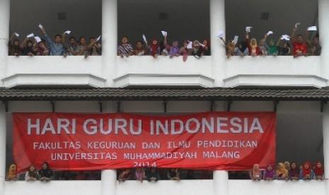 Mahasiswa memperingati Hari Guru di Gedung Kuliah Universitas Muhammadiyah Malang, Selasa (25/11).