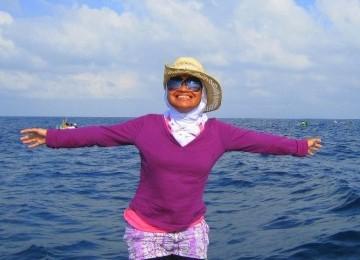 Main ke pantai, pengguna hijab tetap bisa tampil nyaman dan cantik.