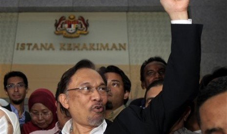 Malaysian opposition leader Anwar Ibrahim gestures as he leaves a courthouse in Putrajaya, Malaysia. (file)