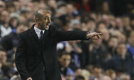 Manajer interim Chelsea Roberto Di Matteo saat mengarahkan pemainnya di Stamford Bridge, London, Kamis (19/4/2012). (AP Photo/Kirsty Wigglesworth)