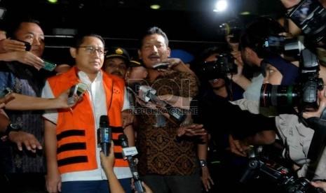 Mantan Ketua Partai Demokrat Anas Urbaningrum mengenakan rompi tahanan, memberikan keterangan pers usai diperiksa selama lima jam di gedung KPK, Jakarta, Jumat (10/1).   (Republika/Wihdan Hidayat)