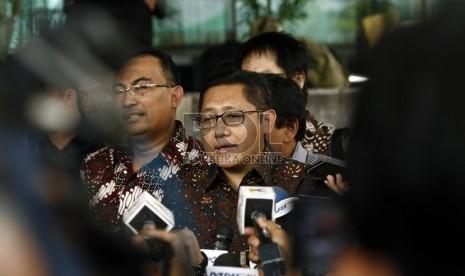 Mantan Ketua Umum Partai Demokrat Anas Urbaningrum menjawab sejumlah pertanyaan wartawan setibanya di gedung KPK, Jakarta, Senin (6/5).  (Republika/ Adhi Wicaksono)