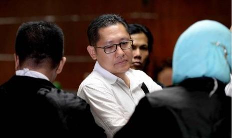 Mantan Ketua Umum Partai Demokrat, Anas Urbaningrum usai mendengarkan putusan majelis hakim saat sidang vonis kasus korupsi tindak pidana korupsi dan pencucian uang terkait proyek Hambalang di Pengadilan Tipikor, Jakarta, Rabu (24/9).