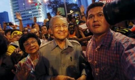 Mantan Perdana Menteri Malaysia Mahathir Muhammad bergabung dengan para demosntran menuntut mundurnya Najib Razak sebagai perdana menteri.