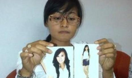 Maria Ulfa Memperlihatkan foto adiknya Nur Ilmawati