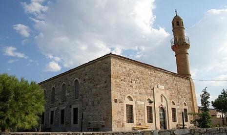 Masjid Kayalar Turki, menunjukkan karakteristik arsitektur Dinasti Usmani.