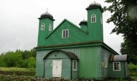 Masjid muslim Tartar. Muslim Tartar Polandia banyak menetap di perbatasan Liuthania dan Belarusia.